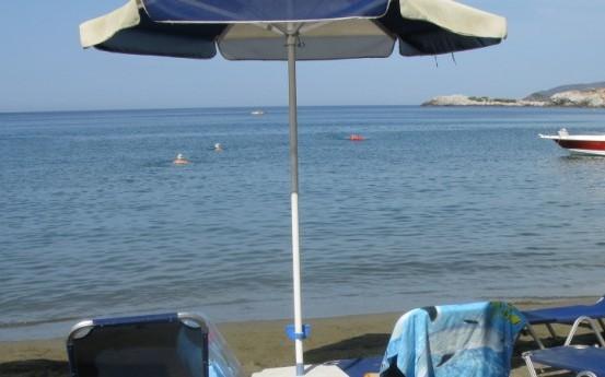 Use sunbeds and sun umbrellas. - Use sunbeds and sun umbrellas.
