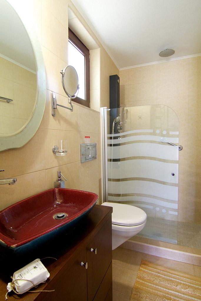 Rooms - En-suite bathroom in the main bedroom