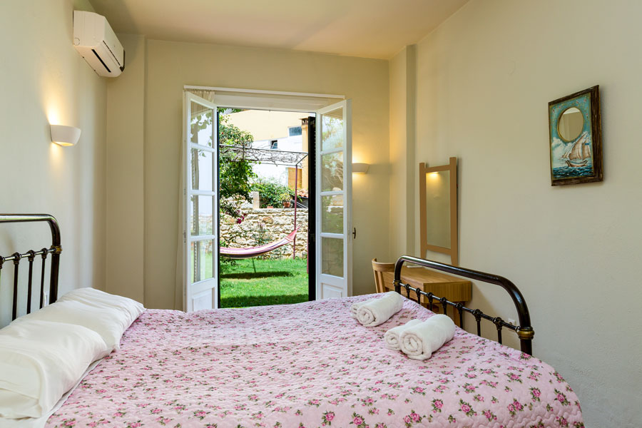 Rooms - Bedroom with one double bed on the ground floor
