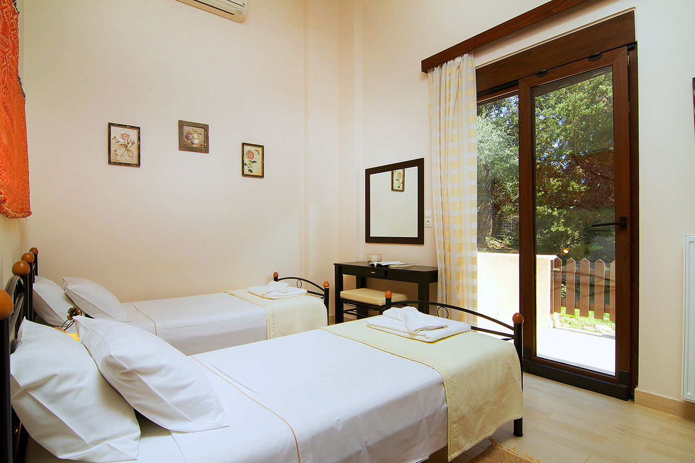 Rooms - Bedroom with 2 single beds with access to outdoor