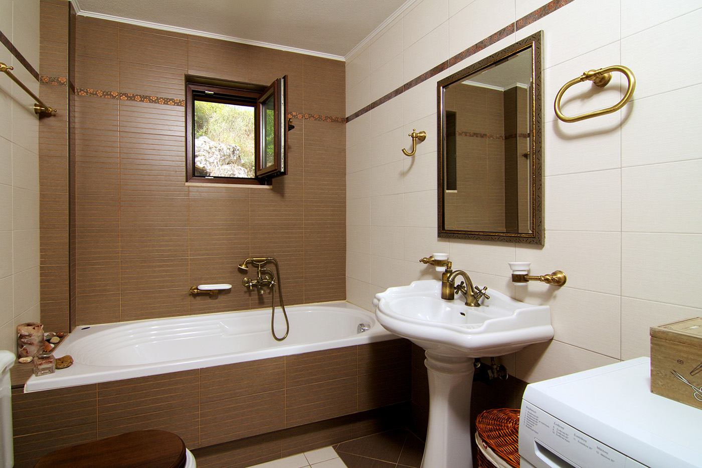 Rooms - Main Bathroom